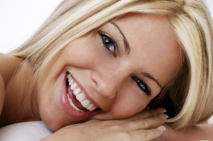 Как самостоятельно отбелить зубы